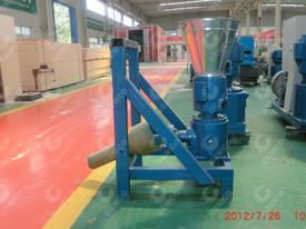 工厂中的拖拉机型颗粒机